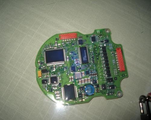 下图为三防漆涂覆过的电路板在可见光